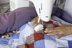 Máquina de Quilter que estofa a edredão patriótica Fotografia de Stock Royalty Free