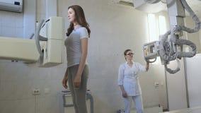 Máquina de radiografía médica en el laboratorio de diagnóstico del hospital Pulmones de exploración de la muchacha hermosa almacen de video