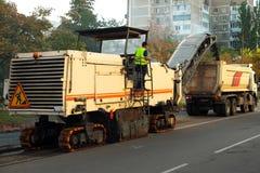A máquina de raspagem da estrada remove Asphalt During Construction idoso imagens de stock