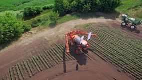 Máquina de rociadura en el campo agrícola transformado para la planta de la fertilización almacen de video