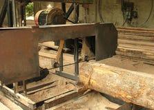 Máquina de Sawing para o processamento de madeira Fotografia de Stock