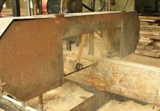 Máquina de Sawing para o processamento de madeira Fotografia de Stock Royalty Free