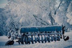 Máquina de semear congelada no campo fotografia de stock royalty free