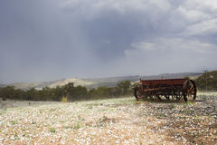 Máquina de semear no prado fotos de stock