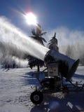 Máquina de Snowmaking en la acción Fotos de archivo libres de regalías