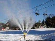 Máquina de Snowmaking na ação imagem de stock