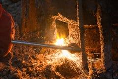 Máquina de soldadura com gotas de derretimento do metal e faíscas das faíscas imagem de stock