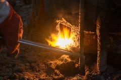 Máquina de soldadura com gotas de derretimento do metal e faíscas das faíscas fotografia de stock