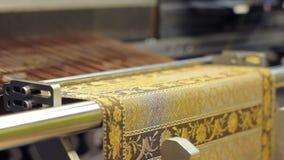 Máquina de tecelagem na ação Ferramenta de tecelagem produzindo o material filme