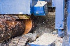 Máquina de trabajo del madera-corte fotos de archivo