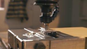 Máquina de trituração do CNC com refrigerar de água no trabalho video estoque