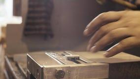 Máquina de trituração do CNC com refrigerar de água no trabalho vídeos de arquivo