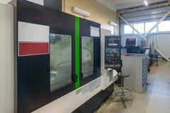 Máquina de trituração do CNC durante a operação foto de stock