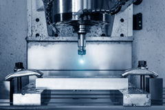 Máquina de trituração metalúrgica do CNC Processamento moderno do metal do corte Imagens de Stock Royalty Free