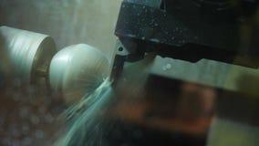 A máquina de trituração próxima da vista opera-se com detalhe redondo branco video estoque
