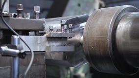 A máquina de trituração produz o detalhe do torno do metal na fábrica filme