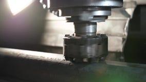 A máquina de trituração produz o detalhe do torno do metal na fábrica video estoque