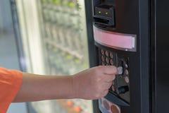 Máquina de venda automática da bebida da água Fotografia de Stock