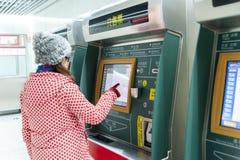 Máquina de venda automática do bilhete da jovem mulher e do metro (AFC) Fotografia de Stock Royalty Free