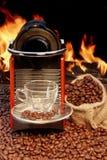 Máquina del café con la taza de café express cerca de la chimenea Fotografía de archivo libre de regalías