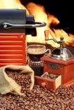 Máquina del café con la taza de café express cerca de la chimenea Fotografía de archivo