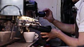 Máquina del café de Barista Preparing Coffee On en el primer del café almacen de video