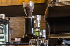 Máquina del café del café express con el beansv asado del café, Imagenes de archivo