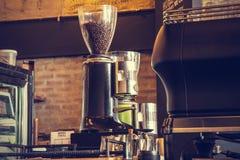 Máquina del café del café express con el beansv asado del café, pocilga del vintage Imagenes de archivo
