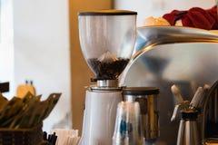 Máquina del café en un café asiático Fabricante de café del café express Imágenes de archivo libres de regalías