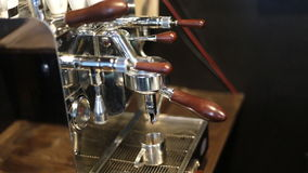 Máquina del café express que elabora cerveza un café almacen de metraje de vídeo