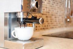 Máquina del café que hace el café express en un café Fotografía de archivo