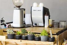 Máquina del café que hace el café express en un café Fotos de archivo