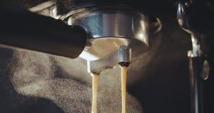 Máquina del café que prepara la taza de café almacen de metraje de vídeo