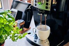 Máquina del café y sistema de la comunicación del reloj elegante, tableta imagenes de archivo