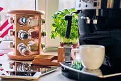 Máquina del café y sistema de la comunicación del reloj elegante, tableta foto de archivo libre de regalías