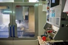 Máquina del CNC en la acción Fotografía de archivo libre de regalías