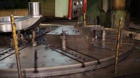 Máquina del CNC del metal que trabaja a máquina de la alta precisión en la fábrica almacen de metraje de vídeo