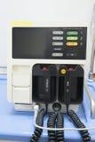 Máquina del Defibrillator en un hospital Imágenes de archivo libres de regalías