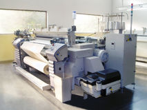 Máquina del dril de algodón en la producción Imagenes de archivo