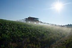 Máquina del fertilizante en el campo imagen de archivo libre de regalías