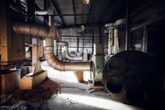 Máquina del filtro de aire en un edificio abandonado de la fábrica Fotografía de archivo libre de regalías
