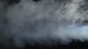 Máquina del humo del efecto del humo en fondo negro almacen de video