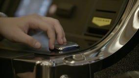 Máquina del juego en la cámara lenta almacen de metraje de vídeo