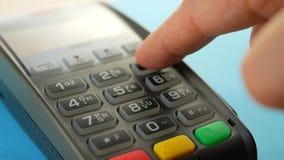 Máquina del lector de la tarjeta de crédito en el contador de la barra con la tarjeta de crédito que se sostiene masculina almacen de metraje de vídeo
