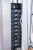 Máquina del peso del gimnasio Cantidad de peso en la máquina de elevación Fotos de archivo