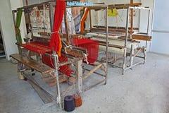 Máquina del telar de mano de la edad avanzada que teje de la India Foto de archivo