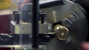 Máquina del torno en la acción Pedazo de cobre amarillo que trabaja a máquina Imagen de archivo