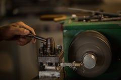 Máquina del torno en un taller Imagenes de archivo