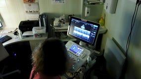 Máquina del ultrasonido de la pantalla diagnósticos del símbolo en atención sanitaria almacen de video