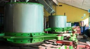 Máquina dentro da fábrica azul do chá do campo A cidade é considerada ser o lugar o mais importante para a produção do chá dentro Fotos de Stock